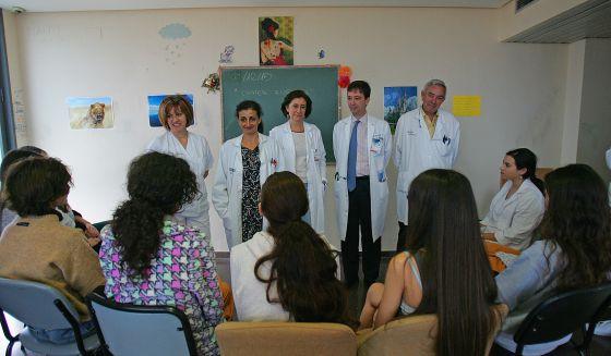 Los médicos de la Unidad de Trastornos de Conducta Alimentaria con las chicas, de espaldas, que están ingresadas. rn rn rn rn