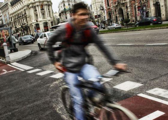 Un ciclista en el carril-bici de la calle de Alcalá