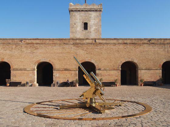 La obra de Jesús Galdón en el patio del castillo de Montjuïc.