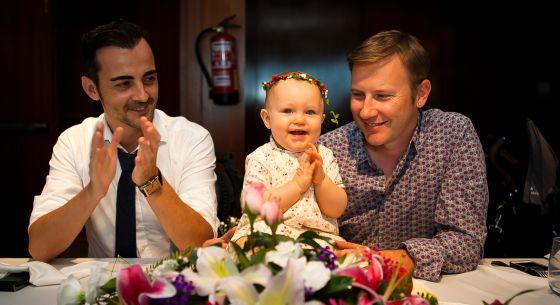 El matrimonio formado por Luis y Denis con su hija Ornella, de gestación subrogada.