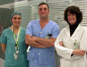 El responsable de Trasplantes de Valme junto a dos enfermeras del Grupo de Donación