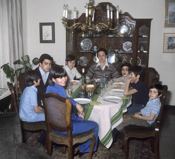 La familia de Jordi Pujol en el comedor de su casa en el año 1977.