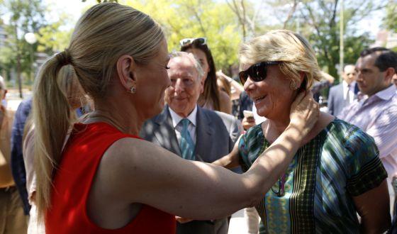 Cifuentes abraza a Aguirre, el pasado julio en un acto de homenaje a Miguel Ángel Blanco en Madrid.
