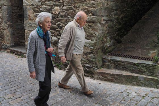 Jordi Pujol y su esposa, Marta Ferrusola, pasean el pasado 31 de diciembre por la localidad pirenaica de Queralbs.