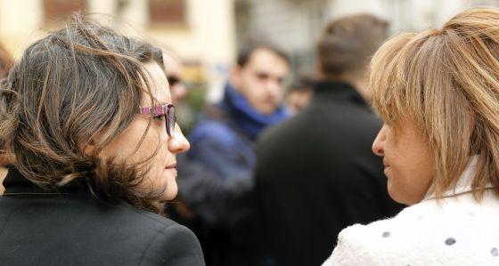 La vicepresidenta del Consell, Mònica Otlra, con la líder de los populares valencianos, Isabel Bonig, en la condena de los asesinatos de Torrevieja.