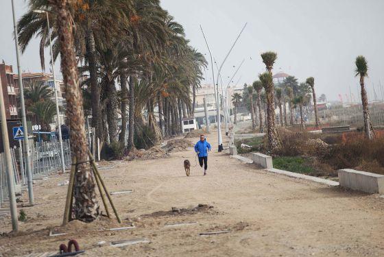 El paseo Marítimo de Castelldefels, pendiente de la reforma que está paralizada.