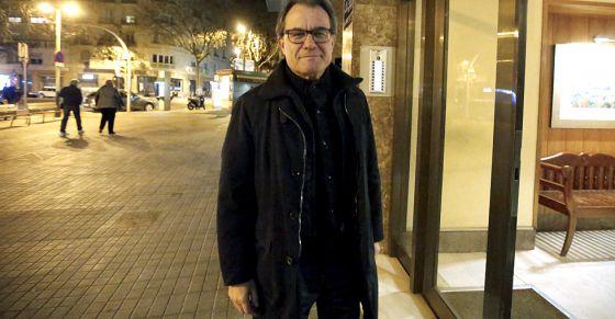 Artur Mas llegando a su casa el domingo por la noche.