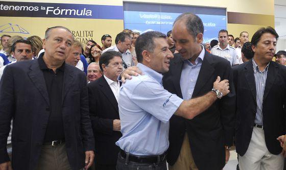 El expiloto y empresario Jorge Martínez `Aspar´abraza a Francisco Camps en un acto de la F-1 de Valencia.