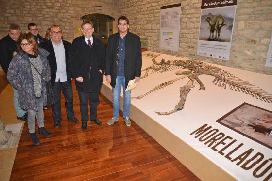 El presidente de la Generalitat,Ximo Puig, con corbata, en la presentación del dinosauro Morelladon beltrani en Morella.