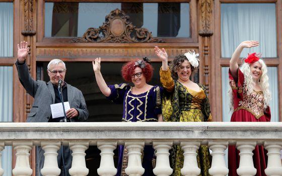 El alcalde de Valencia, Joan Ribó, en el balcón del Ayuntamiento con los personajes de la cabalgata republicana Libertad, Igualdad y Fraternidad.