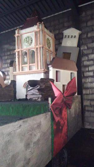 Carroza decorada con el campanario de la iglesia de Arriate (símbolo de la localidad), también dañada.