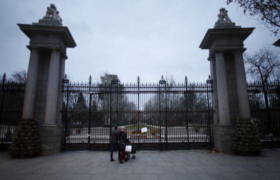 La verja del Retiro que da a la Puerta de Alcalá, cerrada este lunes por la tarde.