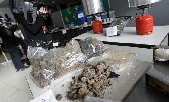 Parte de la cocaína negra incautada por la Guardia Civil.