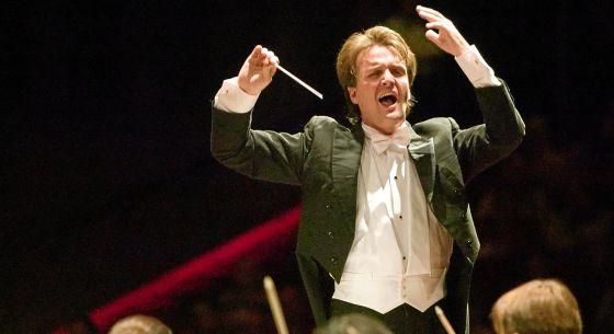 El director Kynan Johns, durante un concierto en Dortmund (Alemania).