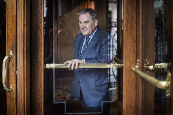Lluís Foix, ayer tras una puerta giratoria.