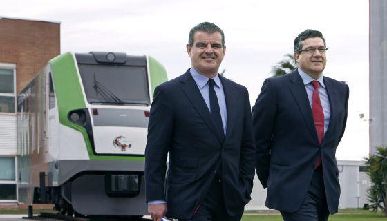 El dueño de Stadler, Peter Sphuler, a la izquierda, con Íñigo Parra, responsable de la planta de Valencia.