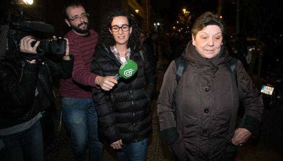 La diputada de la CUP, Gabriela Serra, y la dirigente de Esquerra, Marta Rovira, a la salida de la reunión.