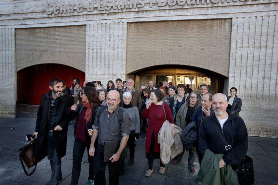 Miembros de la nueva asociacion de artistas de Cataluña a la salida de la presentación.