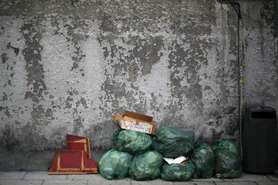 Bolsas de basura acumuladas en una calle del centro de Madrid.