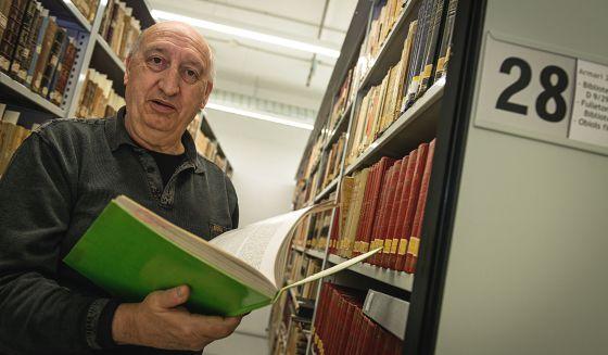Uno de los bibliotecarios voluntarios.