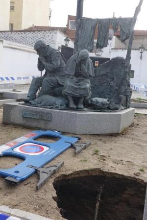 El hundimiento se produjo junto a una escultura de bronce y granito.