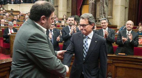 Junqueras saluda a Artur Mas en el Parlament.