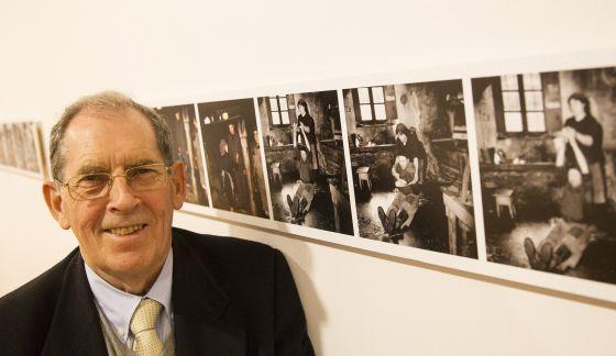 Gustav Henningsen, con algunas de las fotografías expuestas estos días en el Museo do Pobo Galego.