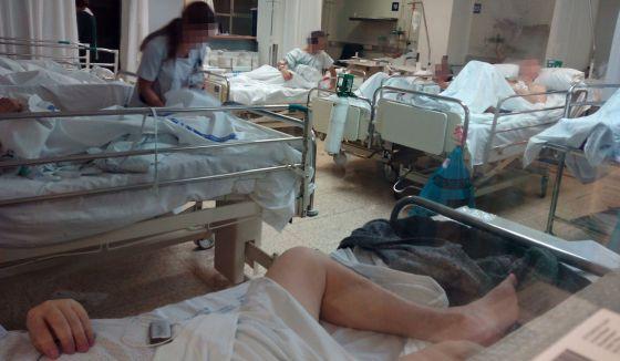 Enfermos fotografiados este lunes por un trabajador en una sala de urgencias de La Paz.
