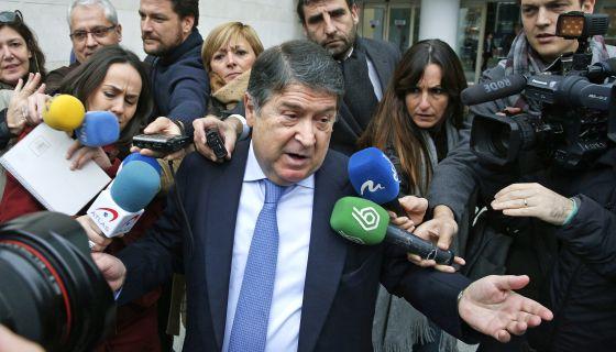 José Luis Olivas, expresidente de la Generalitat valenciana y de Bancaja, sale del juzgado.