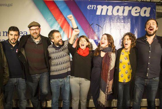 Riobóo, primero por la izquierda, celebra los resultados de En Marea con sus compañeros de coalición.