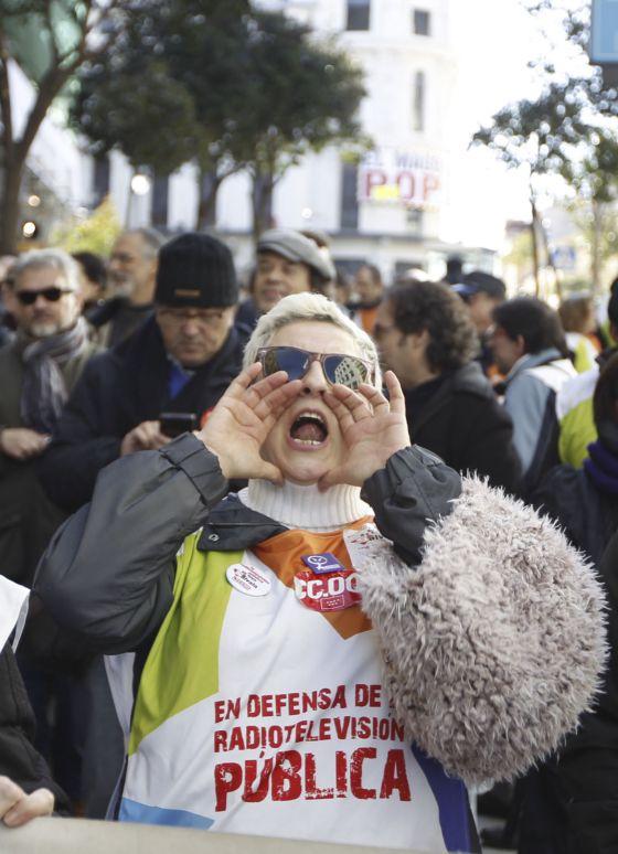Una extrabajadora de Telemadrid grita en la protesta celebrada este martes.