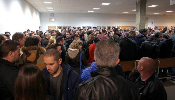 Decenas de personas, el pasado sábado, a la espera de realizar las pruebas de conductor de Metro.