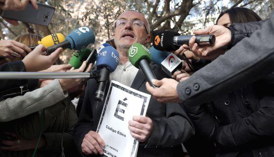 Montiel, líder valencaino de Podemos, anuncia la expulsión de la diputada sancionada.
