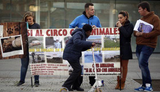 Miembros del circo protestando por la prohibición de animales.
