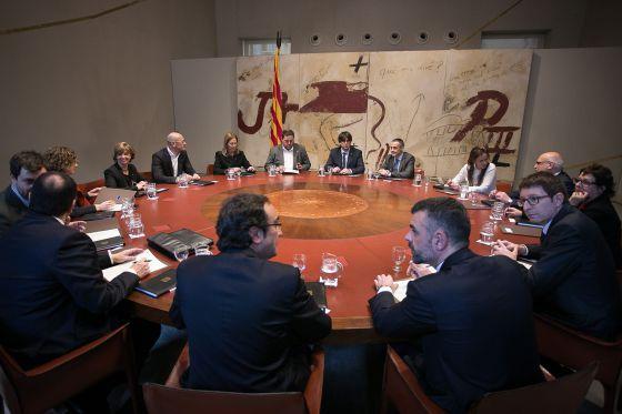 El presidente de la Generalitat, Carles Puigdemont, en la primera reunión del nuevo Gobierno.