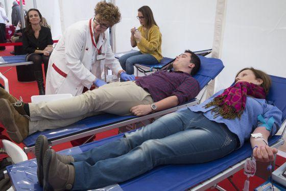 Dos personas donan sangre en el hospital de campaña instalado en la plaza de Cataluña