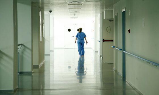 Una enfermera en un pasillo del hospital de Valdemoro.