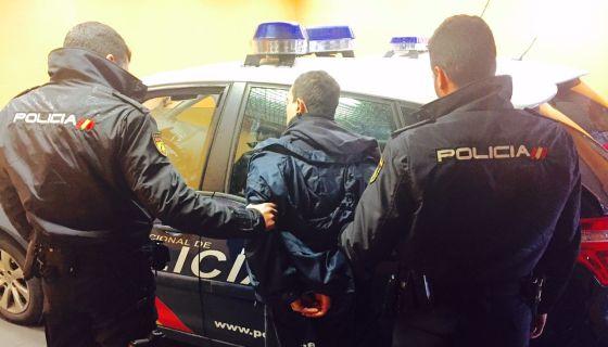 La policía traslada al detenido por el atraco con rehén en Alicante