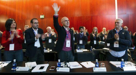 Los consejeros de Unió ovacionan a Durán tras el discurso que ha pronunciado anunciando su dimisión.