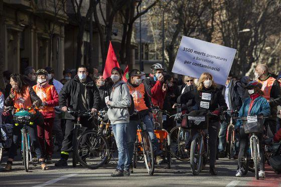"""La marcha de ayer en barcelona reclamó el """"derecho a respirar aire limpio y a la sanidad pública""""."""
