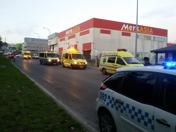 Varias ambulancias y coches policiales trabajan en la zona acordonada.