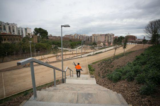 Un operario ultima detalles en el parque de Can Boixeres, en L'Hospitalet.