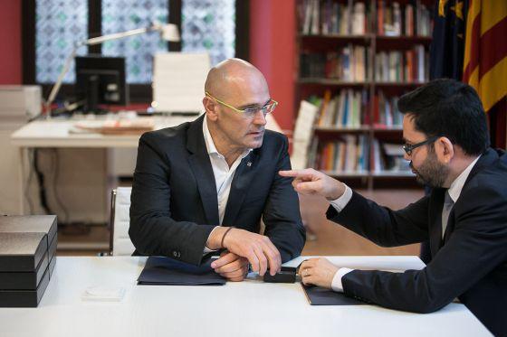 Raül Romeva con el secretario de exteriores saliente, Roger Albinana