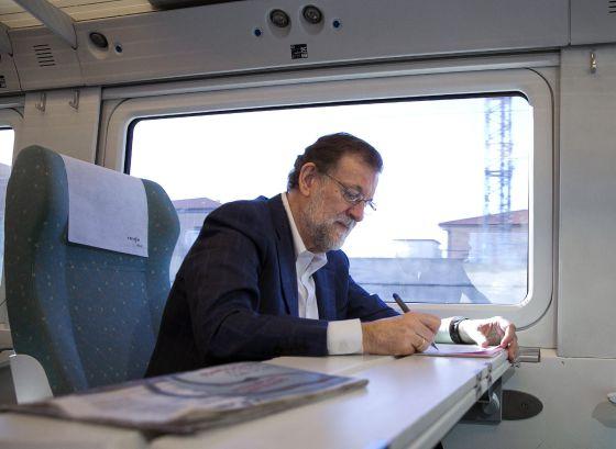 Mariano Rajoy, ayer, en el tren de la línea a Zamora.