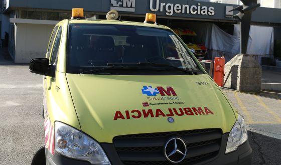 Una ambulancia del Sermas, aparcada en la zona de urgencias del Hospital La Paz.