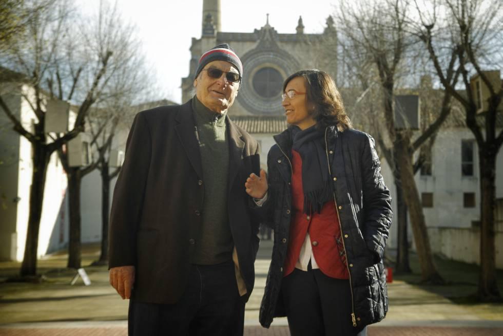 El artista Luis Gordillo y la consejera Rosa Aguilar, en el CAAC, en Sevilla.