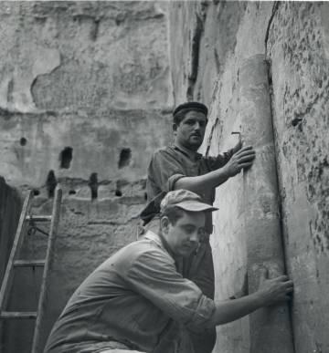 Arranque de las pinturas del monasterio de Sijena, en 1960, cuando se concluyeron los trabajos. Una imagen que ha utilizado el abogado de la Generalitat para demostrar la colaboración de los habitantes de la localidad con los técnicos catalanes.
