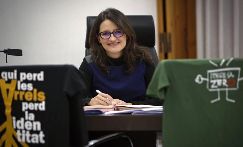 La vicepresidenta de la Generalitat en su despacho.