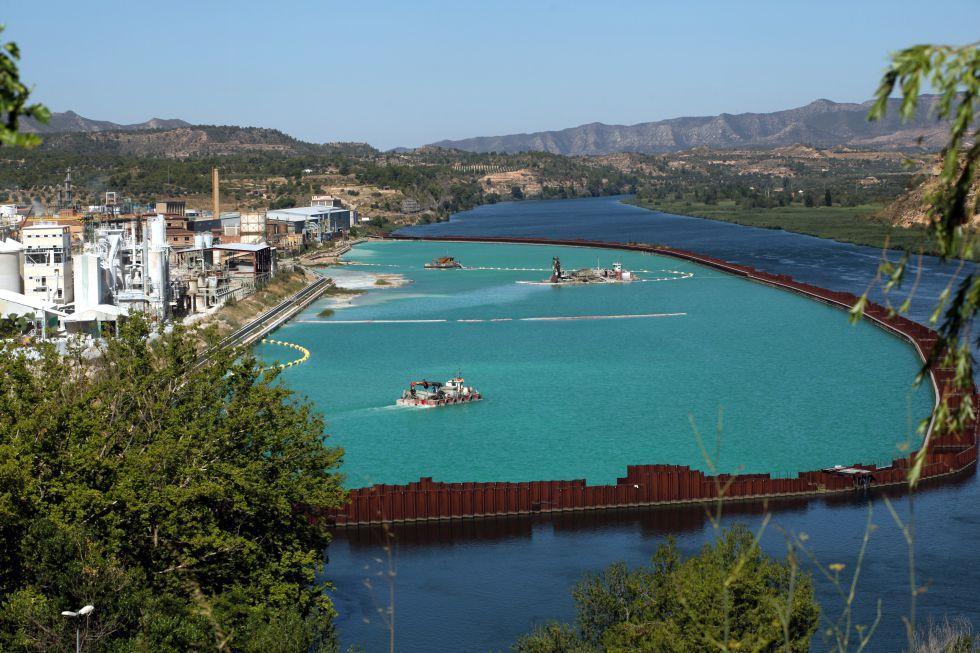 Trabajos de descontaminación en el pantano de Flix, el año pasado.