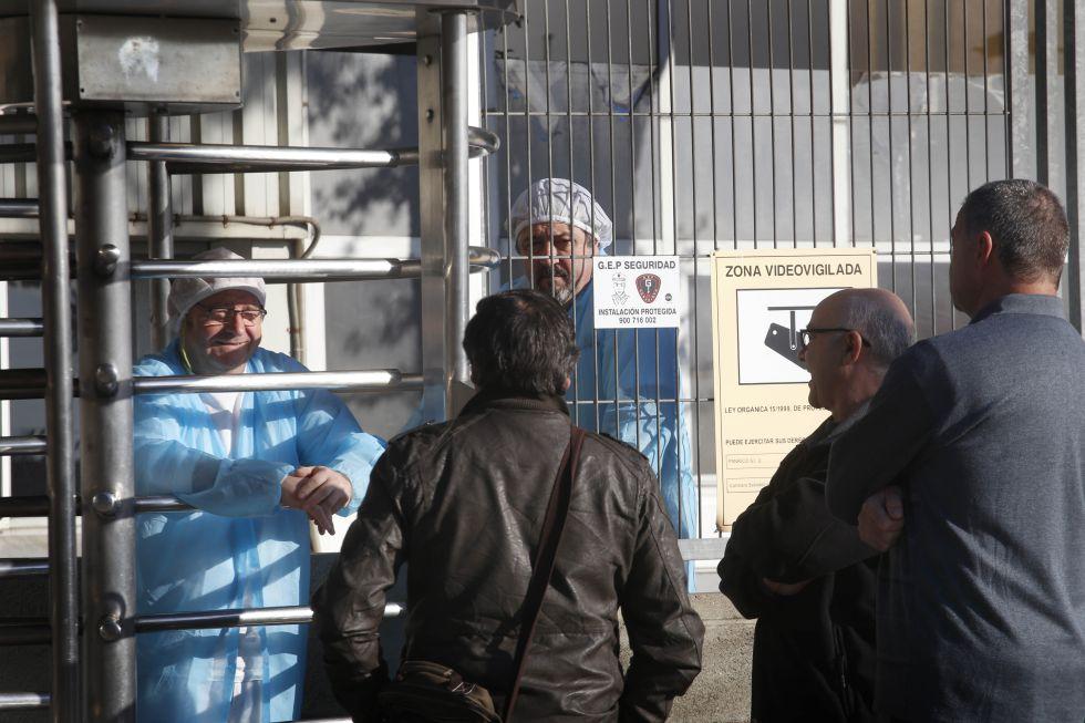 Extrabajadores de Panrico conversan esperan su turno para votar.